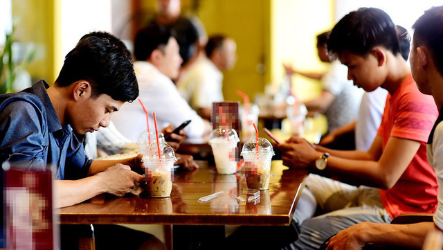Dine-in customers are served drinks in plastic cups at a coffee shop in Ho Chi Minh City. Photo: Tuoi Tre