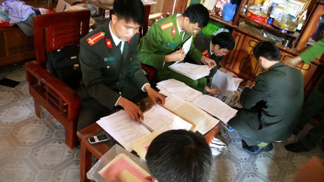 Police search the house of Deo Van Ban in Son La Province, northern Vietnam. Photo: Tuoi Tre