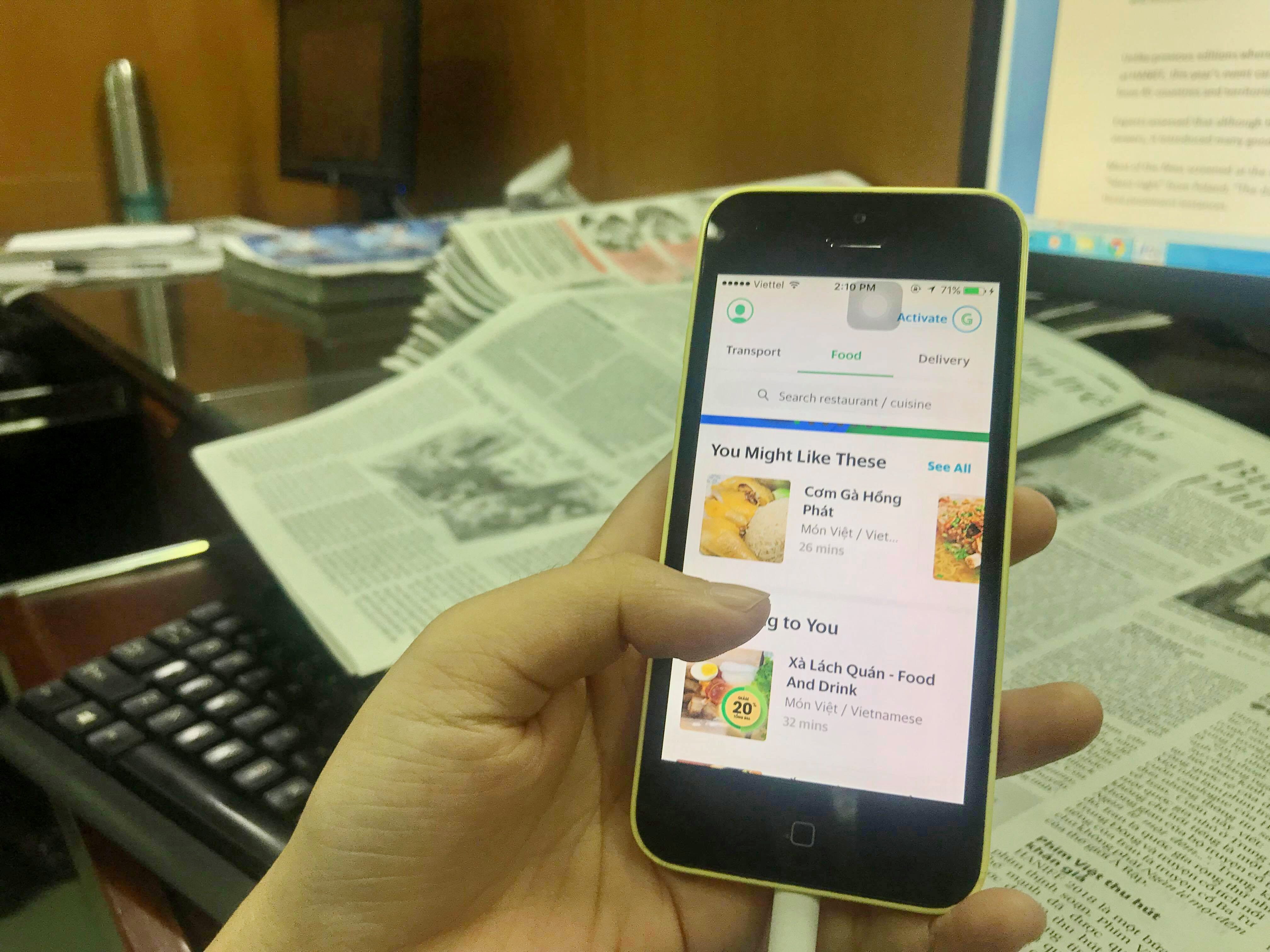 A person scrolls the food ordering tab in the Grab app. Photo: Tuoi Tre News