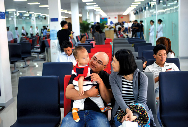 Customers wait for immunization at the vaccination center by Vietnam Vaccine Joint Stock Company in Binh Duong Province, southern Vietnam, October 31, 2018. Photo: Tuoi Tre
