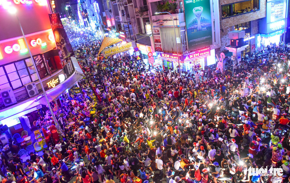 Thousands flock to Bui Vien in celebration of Halloween