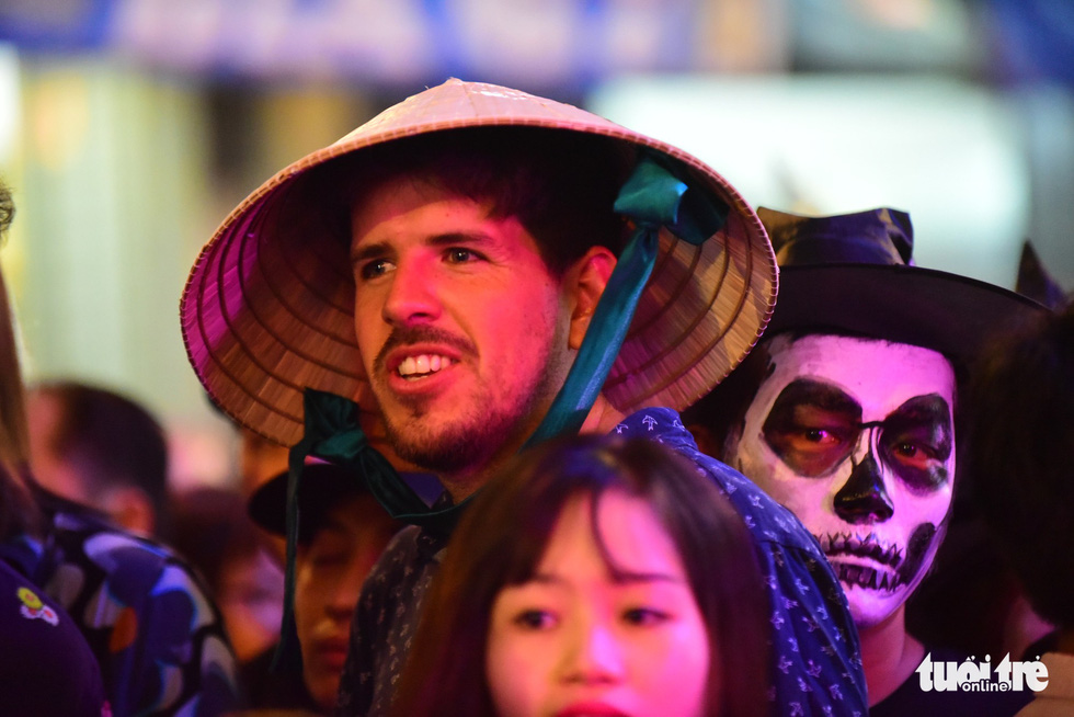 A foreign tourist enjoys Halloween on Bui Vien Street on October 31, 2018. Photo: Tuoi Tre