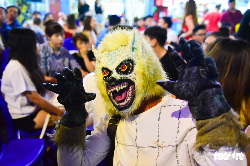 A man masquerades as a beast on Bui Vien Street on October 31, 2018. Photo: Tuoi Tre