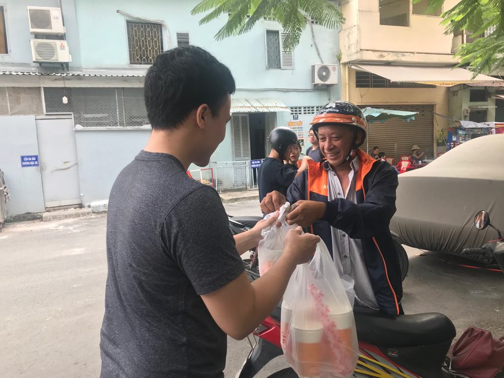 A shipper delivers drinks ordered via online apps to a customer in Phu Nhuan District, Ho Chi Minh City on November 2, 2018. Photo: Tuoi Tre News