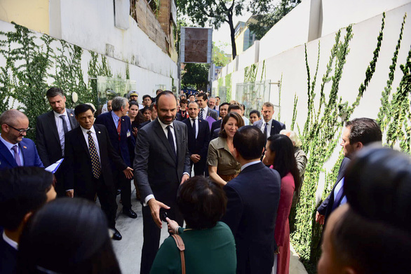 French Prime Minister Edouard Philippe shakes hands with attendees at the opening ceremony for the French Medical Center in Ho Chi Minh City, Vietnam, November 4, 2018. Photo: Tuoi Tre