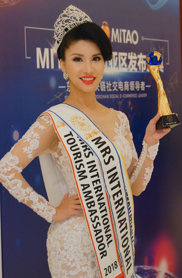Mrs International 2018 Loan Vuong poses with a trophy at the competition in Singapore.