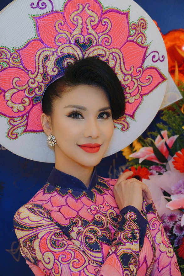 Loan Vuong wears the national costume at Mrs International 2018.