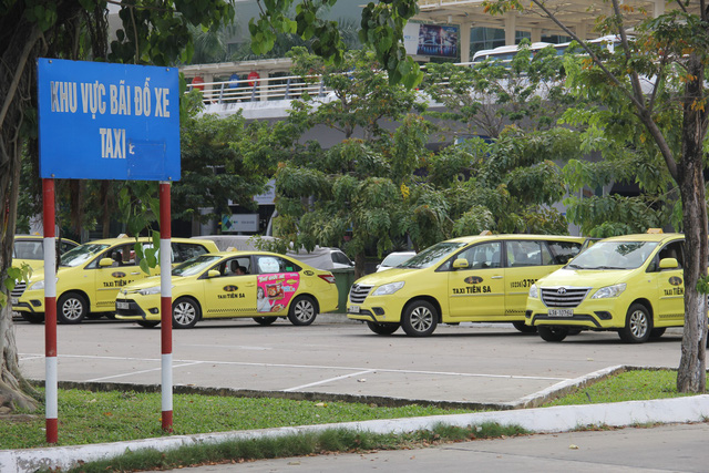 Taxi drivers stage strike against Grab at Da Nang airport