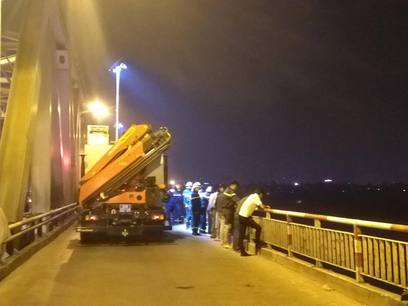 Rescue units arrive at the bridge. Photo: Tuoi Tre
