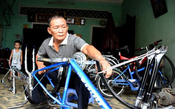 Vietnamese bicycle repairman earns Bachelor of Laws at 69