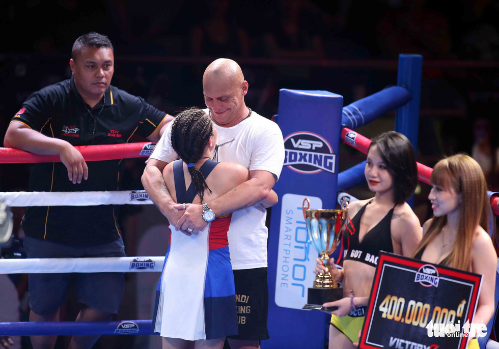 Her coach embraces Gretchen Abaniel after her defeat against Nguyen Thi Thu Nhi at the Victory8 boxing tournament in Ho Chi Minh City on October 3, 2018. Photo: Tuoi Tre