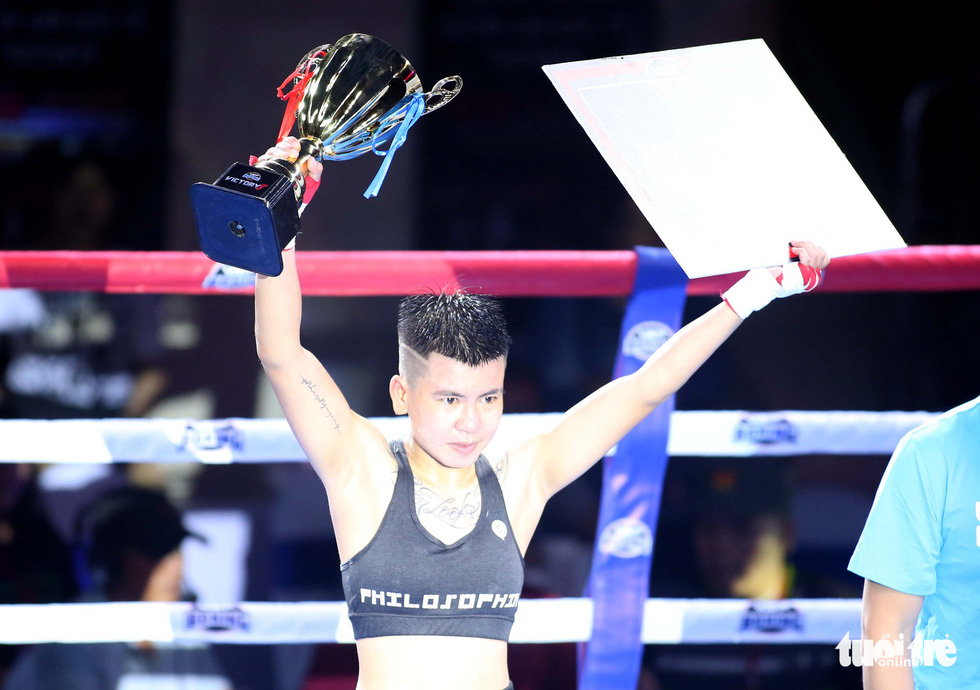 Nguyen Thi Thu Nhi lifts the trophy after beating Gretchen Abaniel at the Victory8 boxing tournament in Ho Chi Minh City on October 3, 2018. Photo: Tuoi Tre