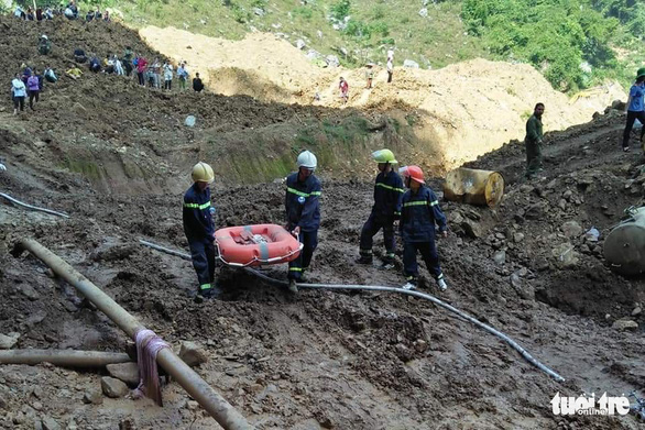 Rescue workers carry a lifebuoy to the cave where two mining workers have been trapped, in Hoa Binh Province, northern Vietnam, November 5, 2018. Photo: Tuoi Tre