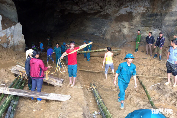 People tie bamboos to be used as a road over the cave's muddy floor in Hoa Binh Province, northern Vietnam, November 5, 2018. Photo: Tuoi Tre