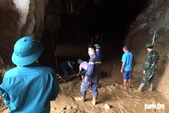 Rescue workers stand in the cave where two mining workers have been trapped, in Hoa Binh Province, northern Vietnam, November 5, 2018. Photo: Tuoi Tre