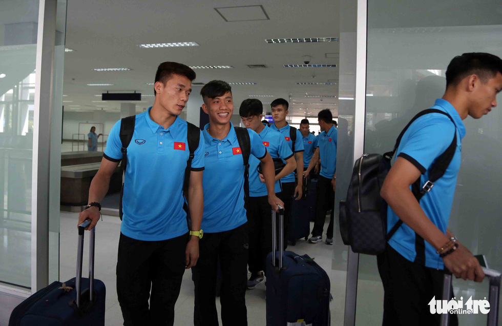 Vietnam's football team arrives at the Wattay International Airport in Laos on November 5, 2018. Photo: Tuoi Tre
