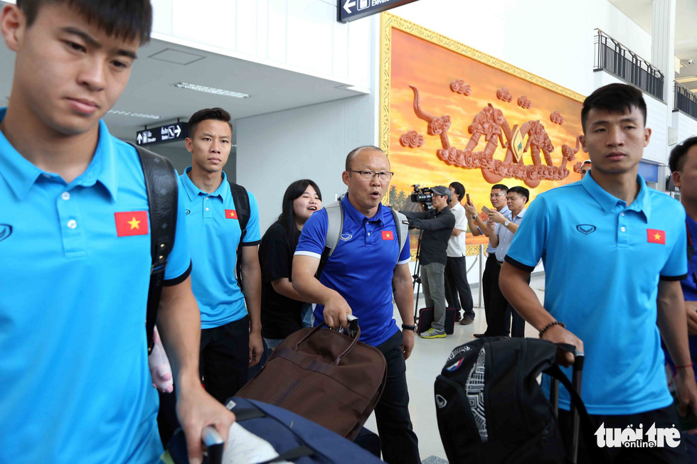 Coach Park Hang-seo (purple blue) and Vietnam football team arrive at the Wattay International Airport in Laos on November 5, 2018. Photo: Tuoi Tre