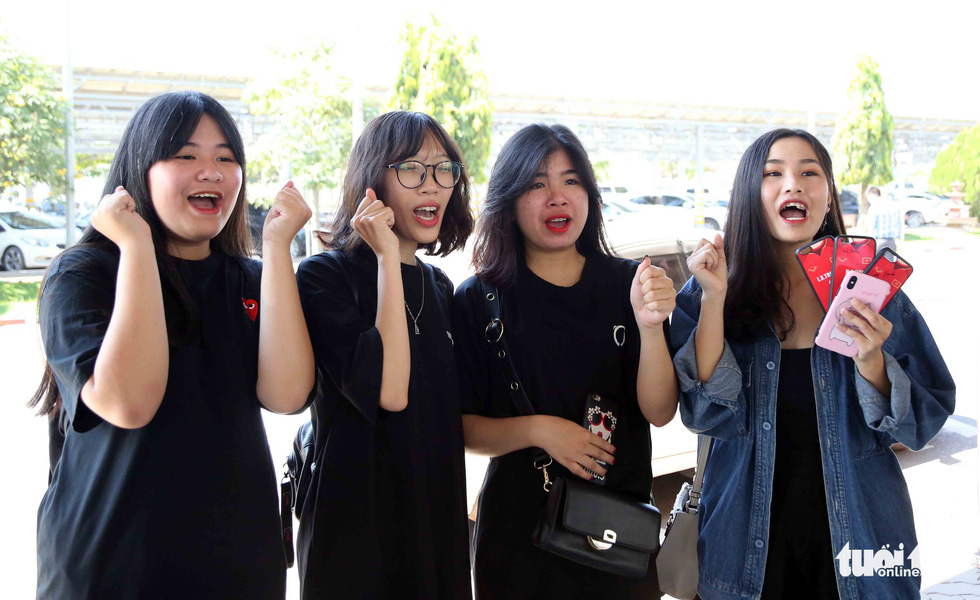 Female fans welcome Vietnam football team upon their arrival at the Wattay International Airport in Laos on November 5, 2018. Photo: Tuoi Tre