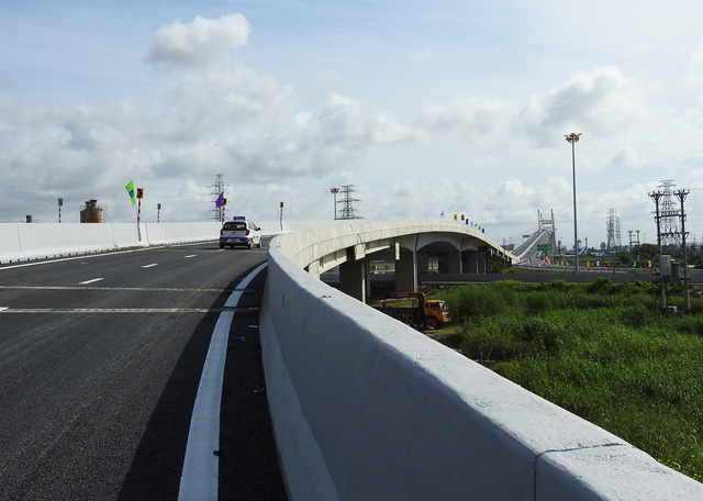 A car runs on the Bach Dang Bridge in Quang Ninh Province, northern Vietnam. Photo: Tuoi Tre