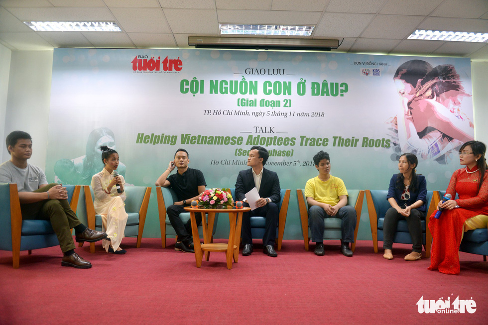 Guests and hosts join a talk about helping Vietnamese adoptees trace their roots in Ho Chi Minh City on November 5, 2018. Photo: Tuoi Tre