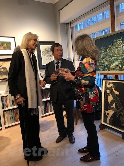 Vietnamese Ambassador to the UK Tran Ngoc An (middle) talks with curator Louise Malcom (right) and art collector Paul Hugentobler at the opening ceremony of Asia Week at Design Centre Chelsea Harbour in London. Photo: Vietnam News Agency
