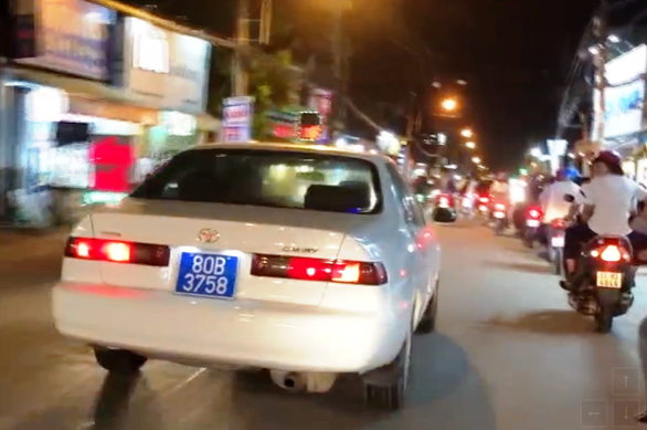 Car driver fined for using siren, fake license plate in Vietnam