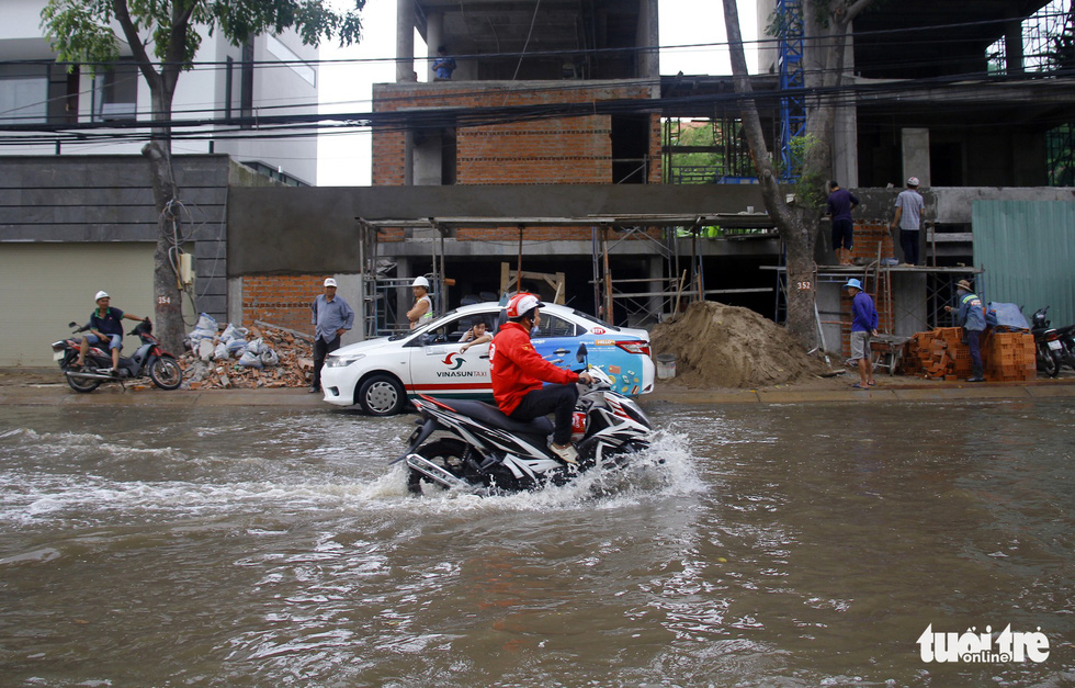 Nguyen Van Huong Street in District 2 is submerged.