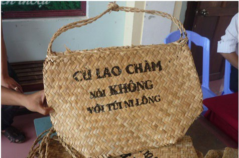 Bags made of biodegradable materials are favored as souvenirs from the Cham Islands. Photo: Tuoi Tre