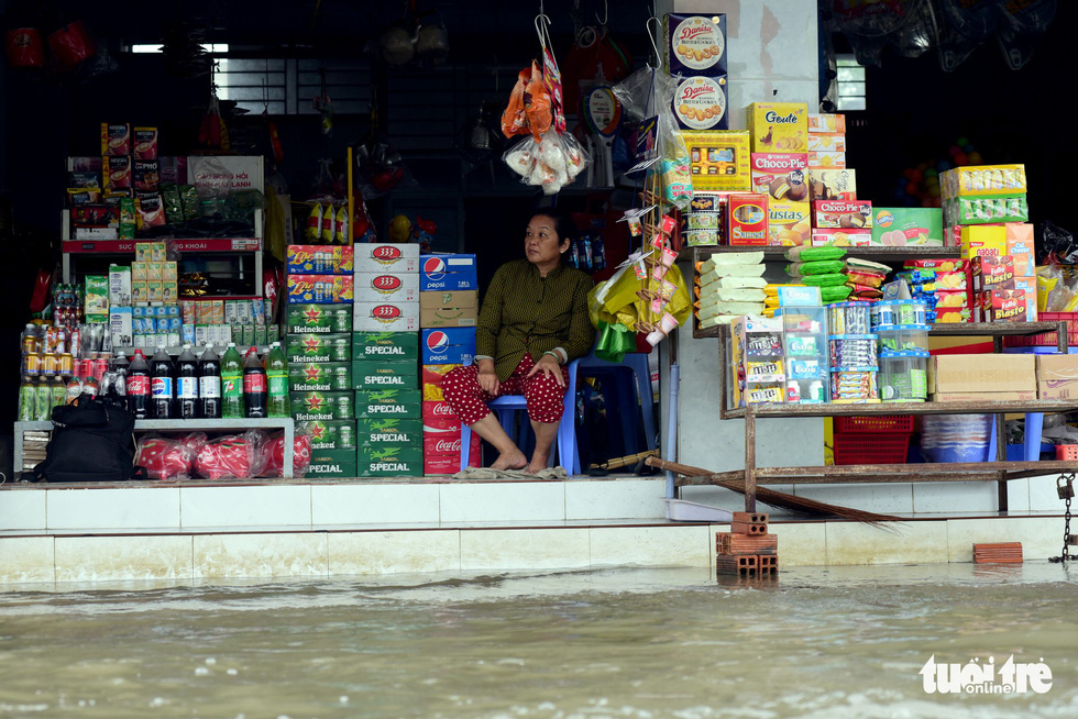Business is slow at a grocery store in Nha Be District due to the rising tide.