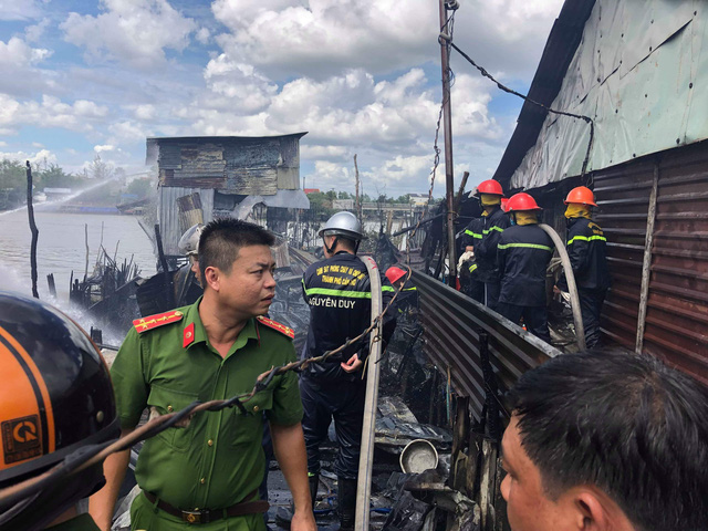Firefighters contain the fire near the Cai Rang Floating Market in Can Tho, Vietnam, November 8, 2018. Photo: Tuoi Tre