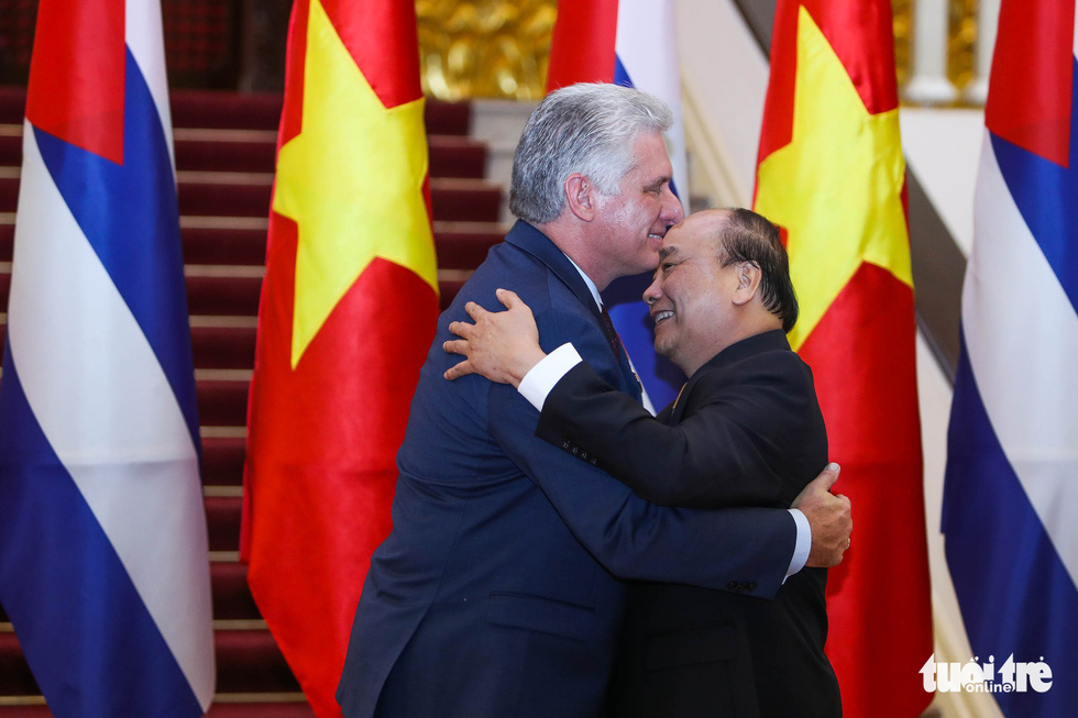 Cuban President Miguel Diaz-Canel (L) and Vietnamese Prime Minister Nguyen Xuan Phuc exchange hugs before talks in Hanoi on November 9, 2018. Photo: Tuoi Tre