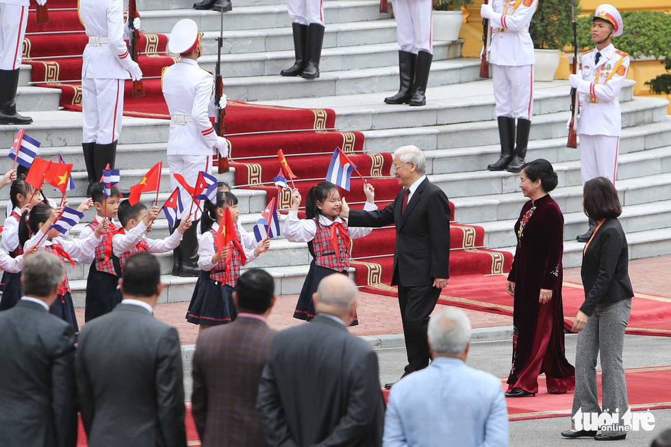 Party General Secretary and State President of Vietnam Nguyen Phu Trong and his wife attend a welcome ceremony of Cuban President Miguel Diaz-Canel in Hanoi on November 9, 2018. Photo: Tuoi Tre