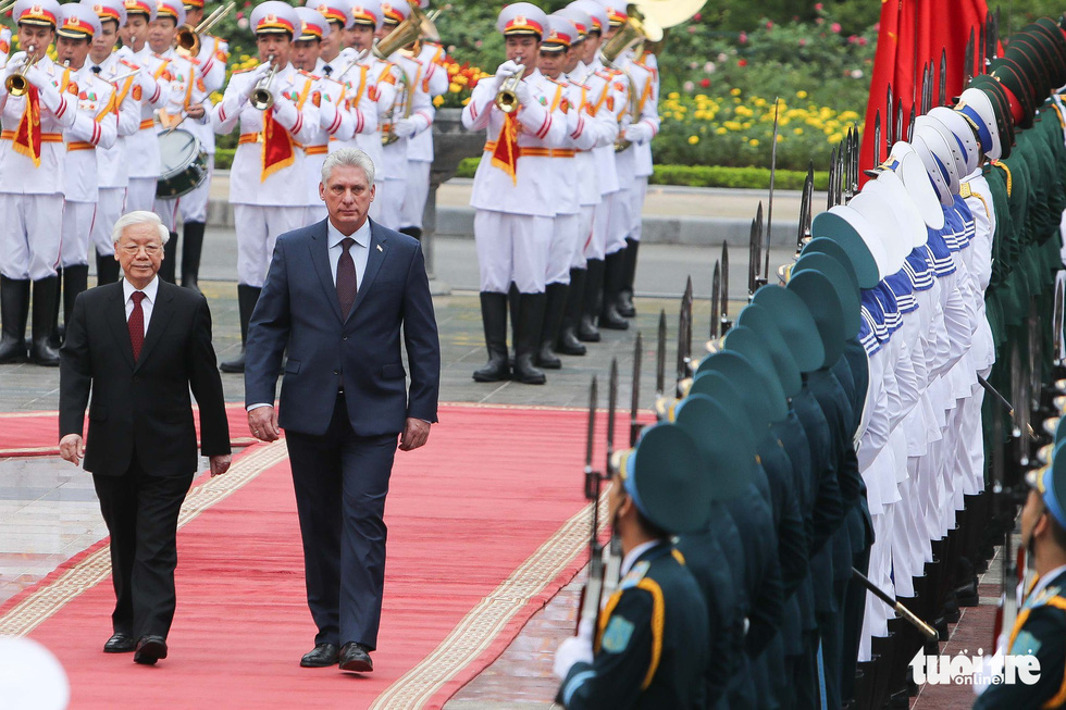 Party General Secretary and State President of Vietnam Nguyen Phu Trong (L) and Cuban President Miguel Diaz-Canel review the guards of honor at a welcome ceremony in Hanoi on November 9, 2018. Photo: Tuoi Tre