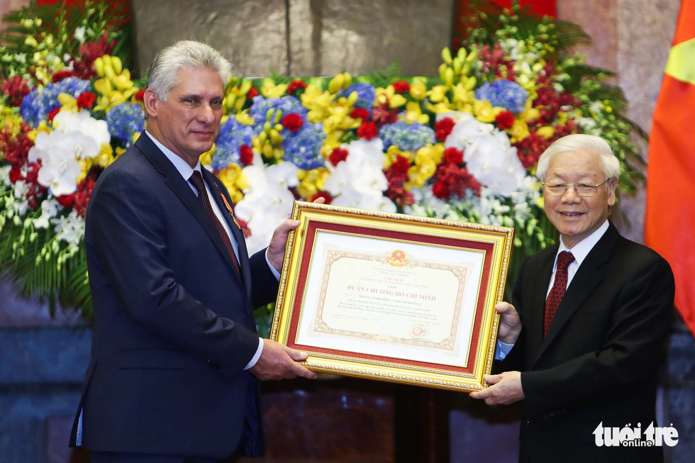 Party General Secretary and State President of Vietnam Nguyen Phu Trong (R) decorates Cuban President Miguel Diaz-Canel with the Order of Ho Chi Minh City inside the Presidential Palace in Hanoi on November 9, 2018. Photo: Tuoi Tre