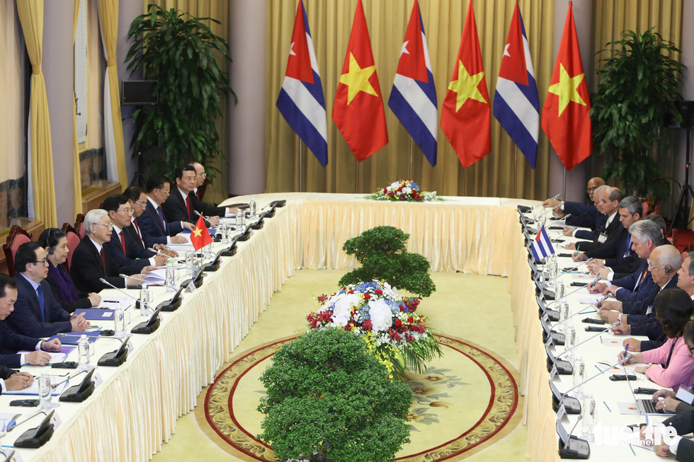 Vietnamese and Cuban leaders and senior officials join a talk in Hanoi on November 9, 2018. Photo: Tuoi Tre
