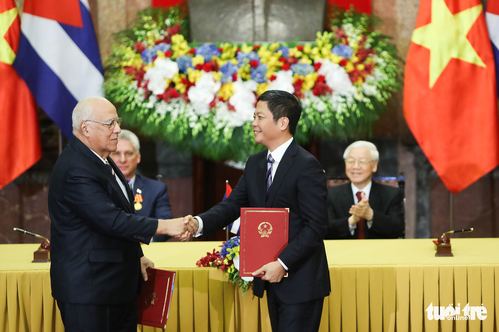 Vietnamese and Cuban state leaders witness the signing of a memorandum of understanding in Hanoi on November 9, 2018. Photo: Tuoi Tre