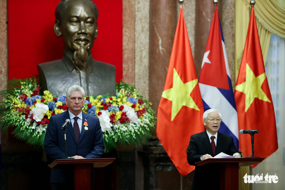 Party General Secretary and State President of Vietnam Nguyen Phu Trong (R) and Cuban President Miguel Diaz-Canel host a press conference following talks in Hanoi on November 9, 2018. Photo: Tuoi Tre