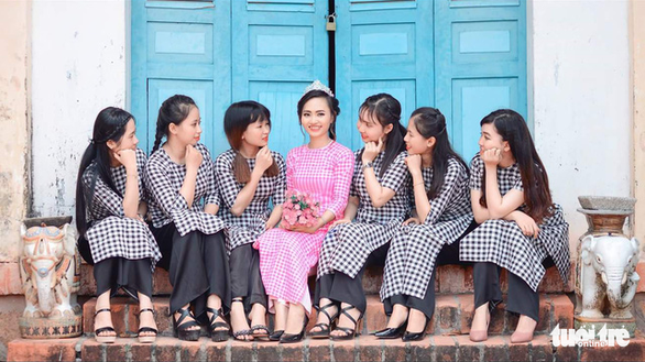 The woman (in pink) poses for pictures in a wedding dress made by the Long Khanh weaving village in Dong Thap Province, southern Vietnam. Photo: Tuoi Tre