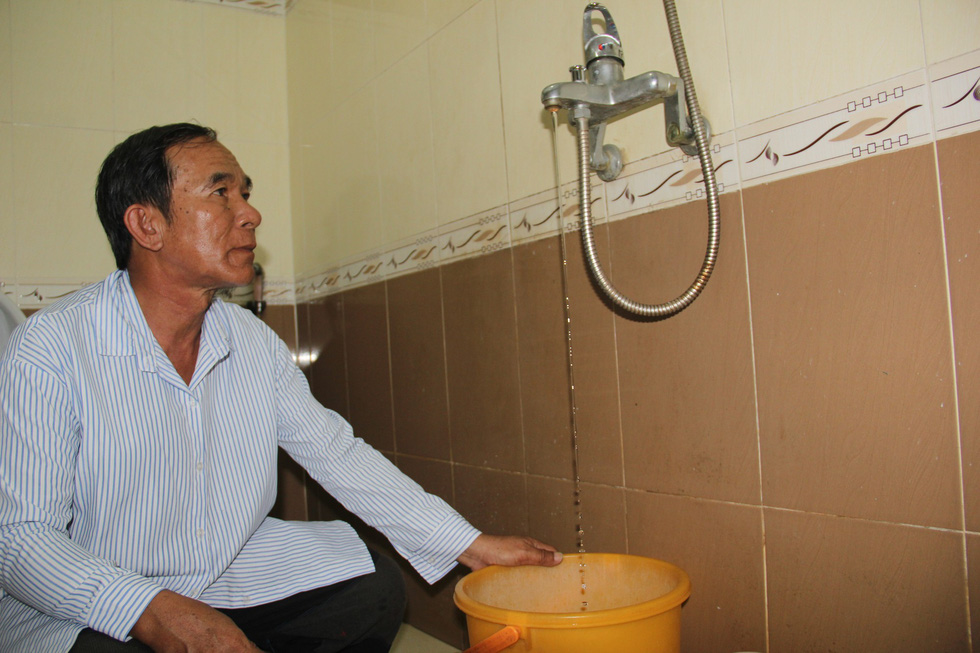 A resident in Da Nang suffers fresh water shortage in early November 2018. Photo: Tuoi Tre