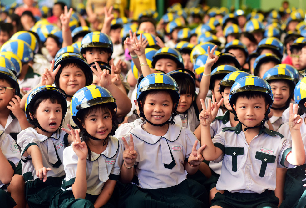 Swedish embassy hands over 1,000 helmets to Vietnamese children