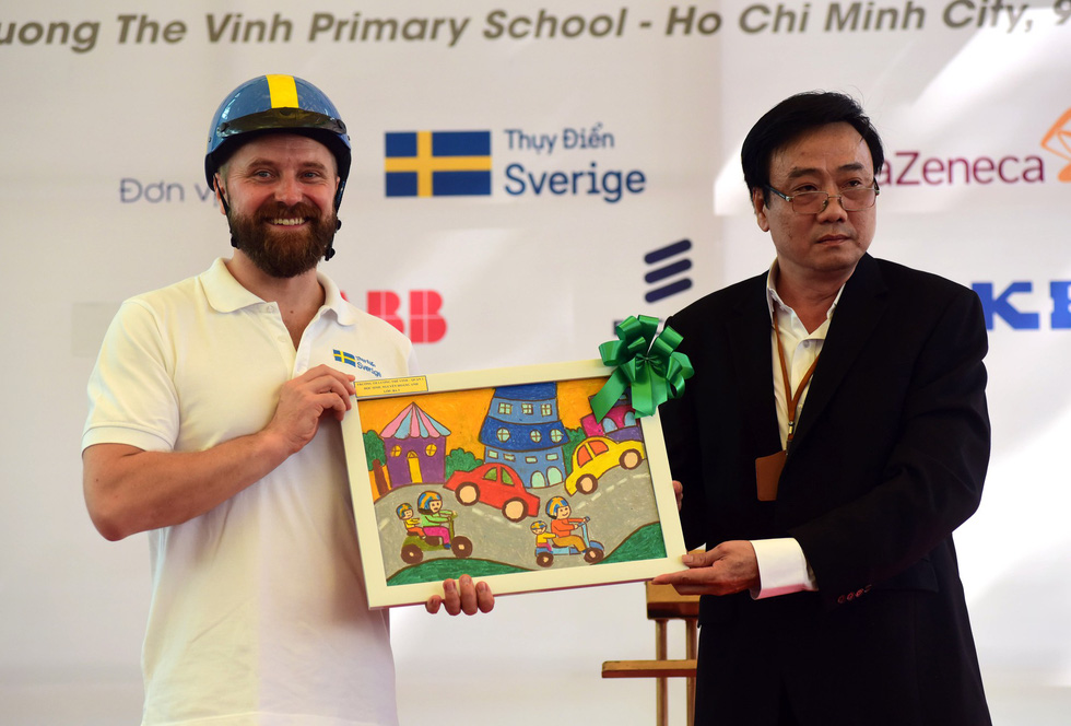 A student of Luong The Vinh Primary School. Photo: Tuoi Tre  Students of Luong The Vinh Primary School actively participate in the activities held by embassy's representatives. Photo: Tuoi Tre  Second secretary of Embassy of Sweden (left) receives a painting from Luong The Vinh primary school. Photo: Tuoi Tre