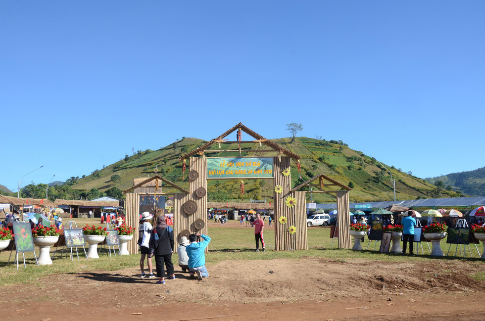 The entrance to the 2018 Wild Sunflower Festival in Ia Gri Village, Chu Pah District.