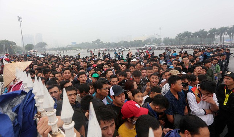 Vietnamese fans brave rain, cold for tickets to AFF Championship's group stage game