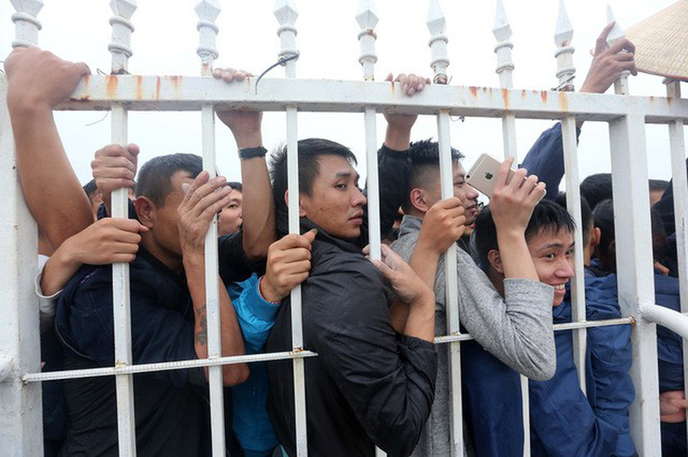 Fans crowd outside the My Dinh Stadium's fence, waiting to buy tickets for Vietnam – Malaysia match on November 11, 2018. Photo: Tuoi Tre