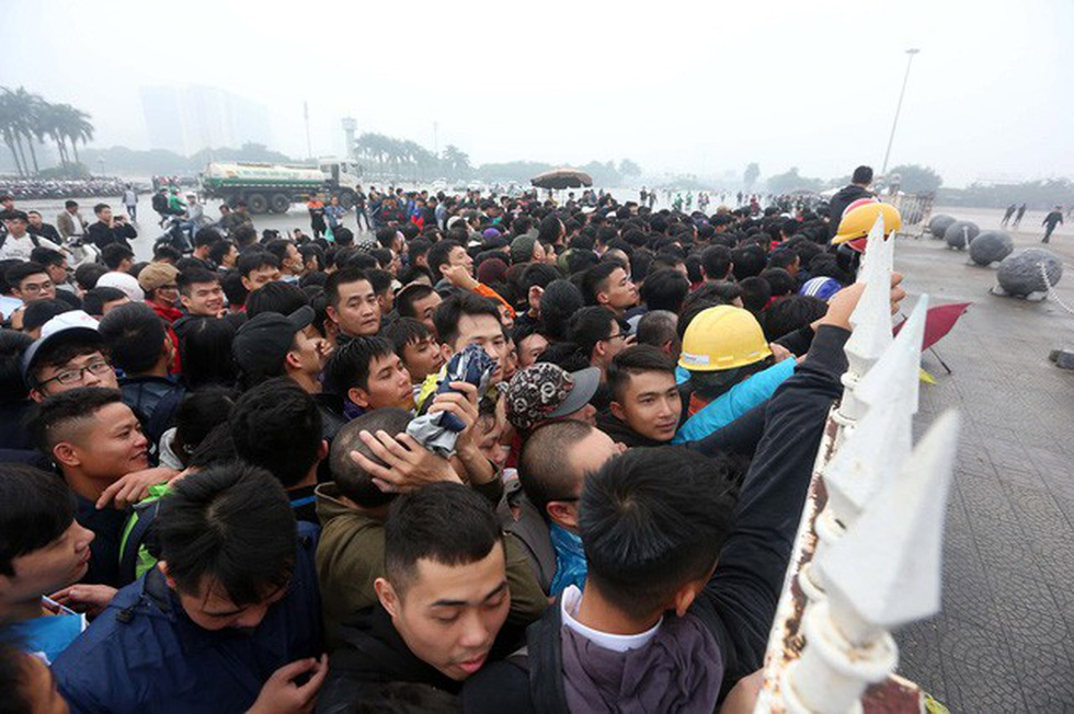 Fans push and do not wait in line outside the My Dinh Stadium's fence on November 11, 2018. Photo: Tuoi Tre