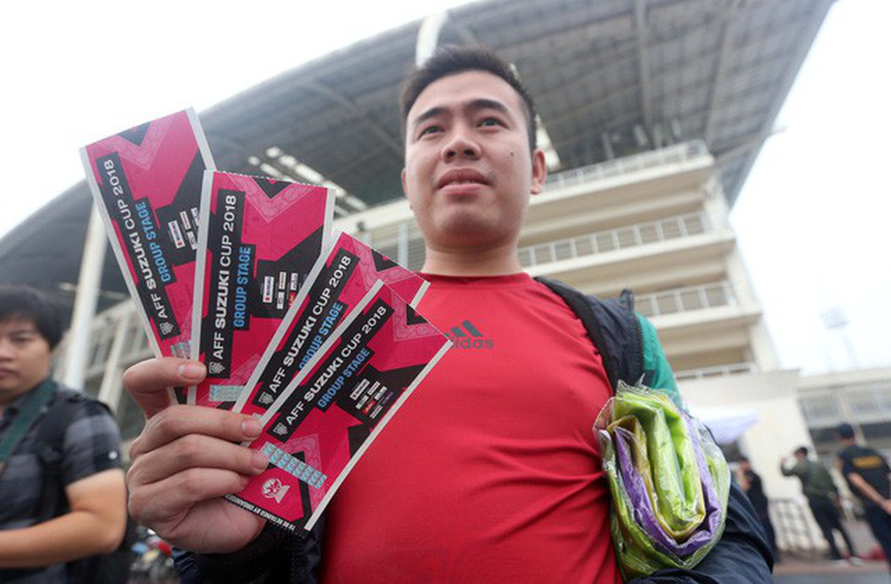 A lucky man successfully buys the very first tickets at the My Dinh Stadium on November 11, 2018. Photo: Tuoi Tre