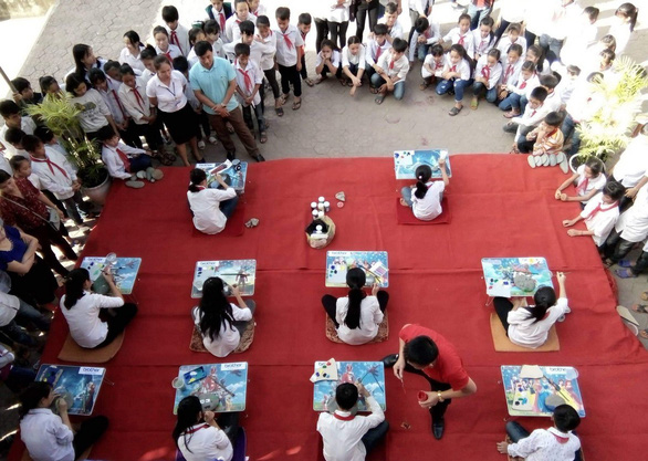 The contest is held at the school's yard. Photo: Tuoi Tre