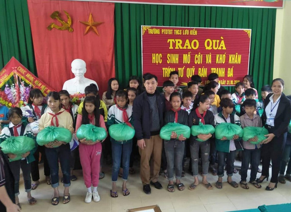 The fund raised through selling the decorated rocks is spent on rice and instant noodles for 42 unprivileged students of the school. Photo: Tuoi Tre