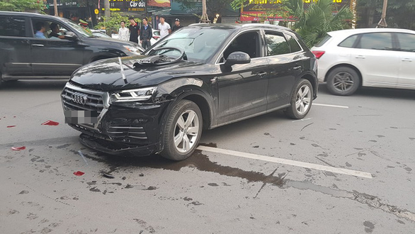 An Audi car is damaged after causing multiple accidents while reversing in Hanoi on November 12, 2018. Photo: Tuoi Tre