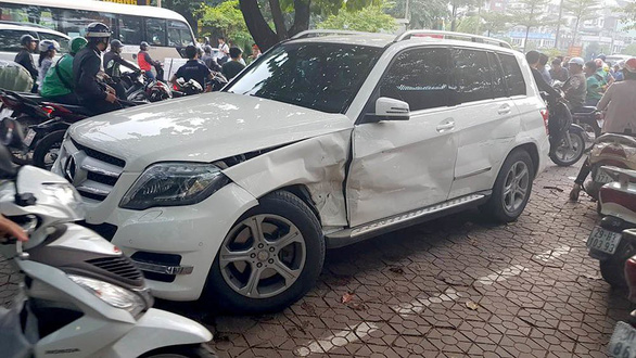 A Mercedes car is damaged after being hit by a reversing Audi car in Hanoi on November 12, 2018. Photo: Tuoi Tre